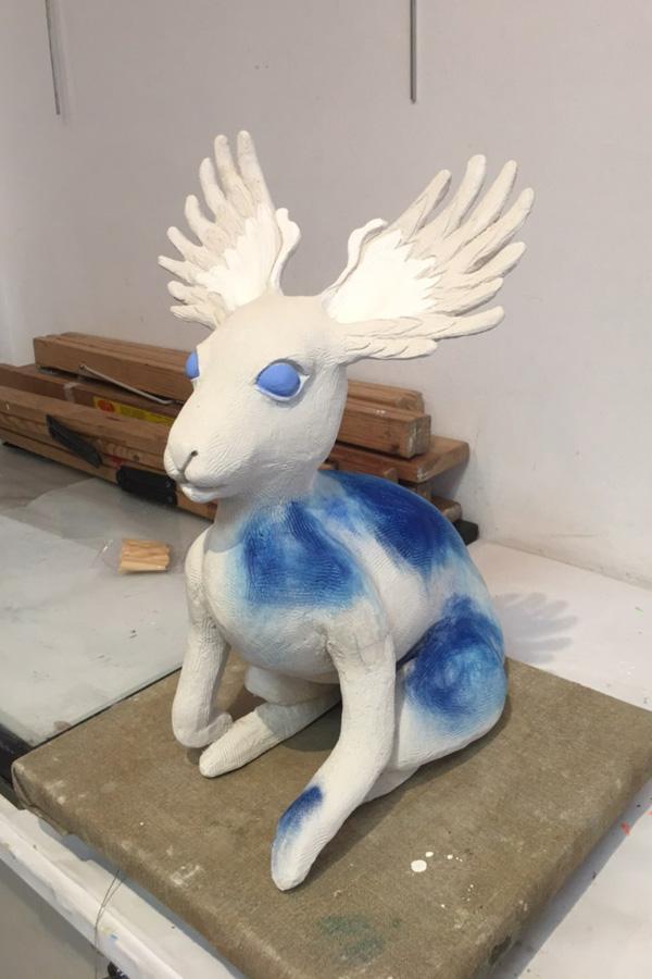 Sculpture : élan blanc et bleu